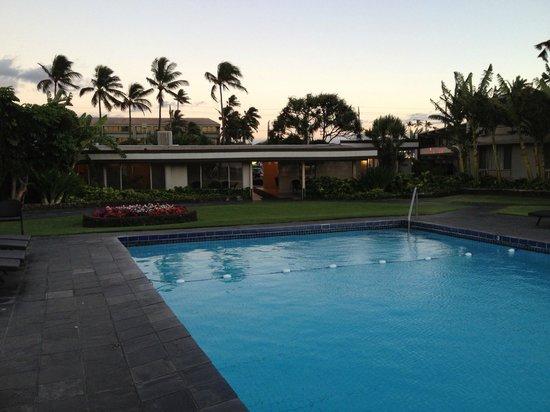 Maui Seaside Hotel: Pool looking toward reception
