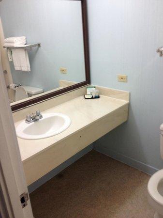 Maui Seaside Hotel: Bathroom