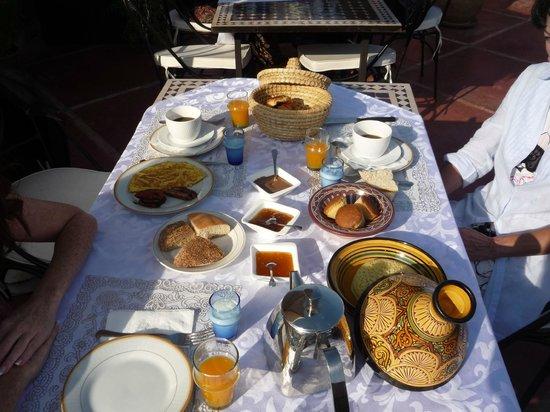 Riad Alnadine: Le petit déjeuner sur la terrasse