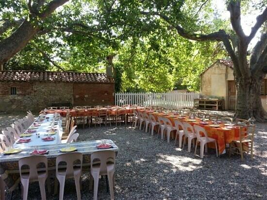 Mas Bazan: petit repas dans une court ombragée