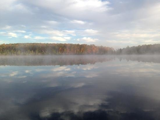 The Lodge at Woodloch : Morning mist on the lake - worth rising early to see!