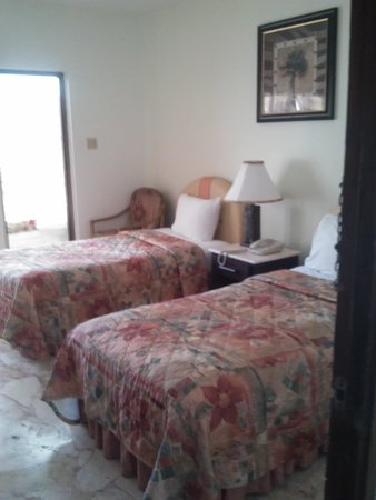 Toby's Resort: Room with twin beds