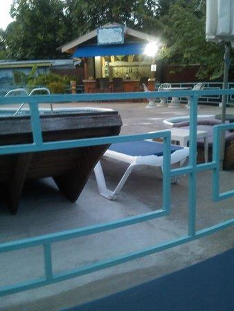 Toby's Resort: Pool & Bar area