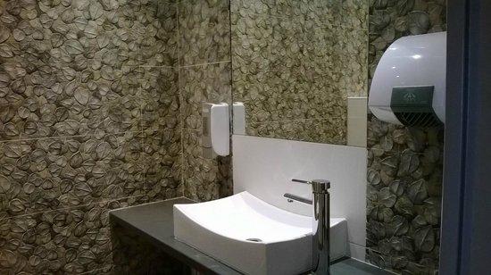 Hissez O : les toilettes
