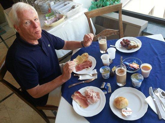 Hotel Sicilia: Frühstückstisch