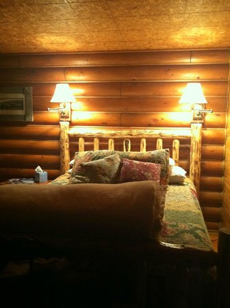 Laughing Horse Lodge : warm room late at night