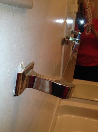 West Hartford Inn : unusable towel rack