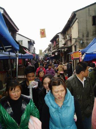 Suzhou Ancient Grand Canal: Rörig marknad med vanligt folk