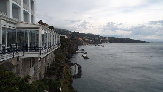Hotel Antico Parco del Principe : Restaurante y marinas de Sorrento al fondo