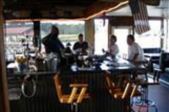 Shem Creek Bar and Grill: Shem Creek Bar & Grill Bar Area