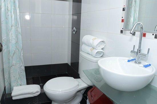 Hotel Golden Inca: Bathroom and towels