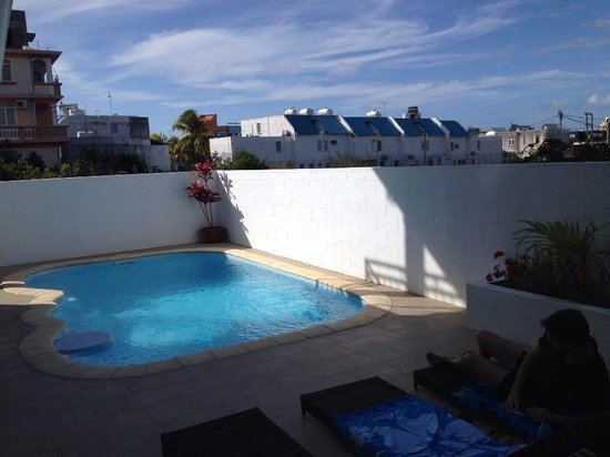 La Serenade Bed and Breakfast: La piscine