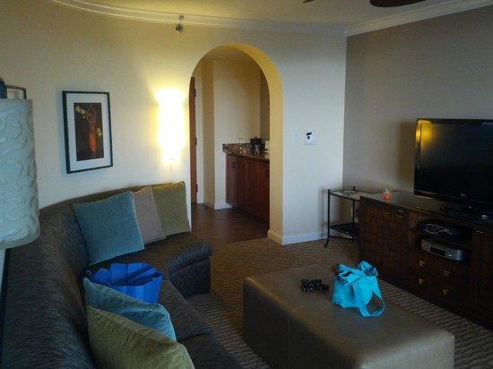 Fairmont Kea Lani, Maui: Livingroom Looking Where The Mini Bar Is