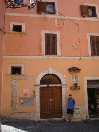 Al Palazzetto: Entrance door on Via Governo