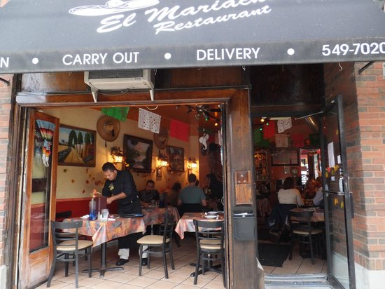 El Mariachi Tequila Bar & Grill: Open to the street on nice days.