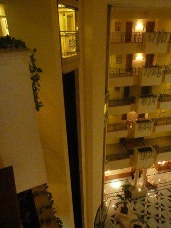Fiesta Americana Merida: Vista del interior del hotel desde los pasillos de acceso