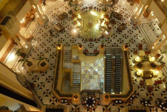 Fiesta Americana Merida : Detalle del lobby desde los pasillos de acceso a la habitación