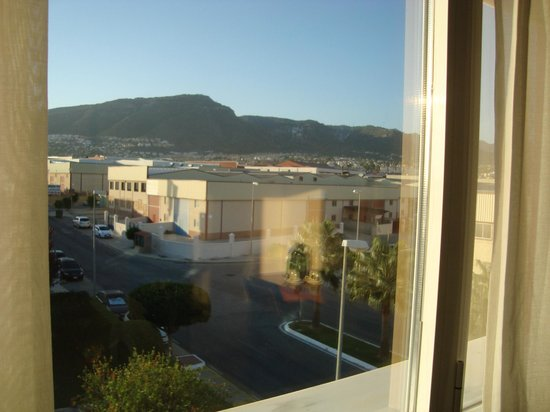 Hotel Cortijo Chico: Mountains and garden view from window