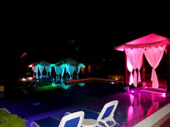 Royalton Cayo Santa Maria: The poolside beds at night