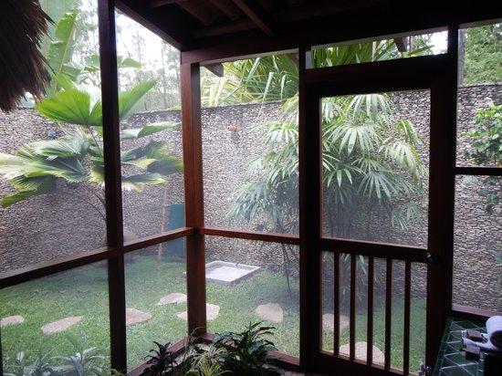 Blancaneaux Lodge : Casita 11 - outdoor shower - GREAT!