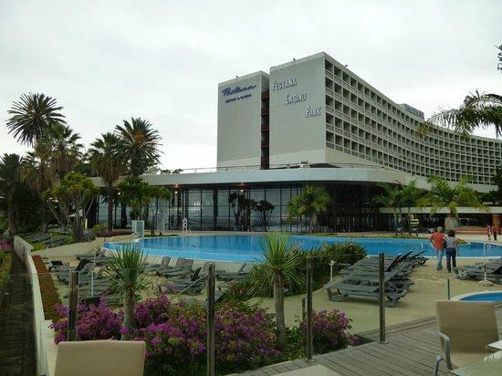 Pestana Casino Park Hotel : La belle piscine devant l'hotel