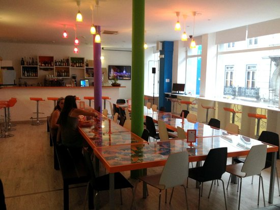 Golden Tram 242 Lisbonne Hostel: Speisesaal/Aufenthaltsraum + Bar + Happy Hour