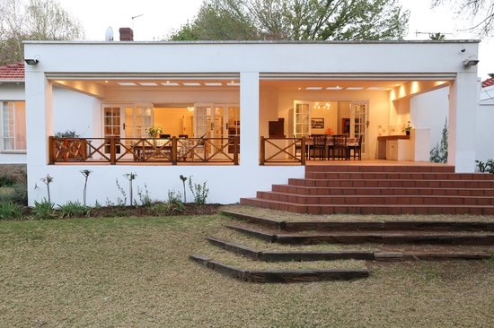 4Living Guest House: inviting patio