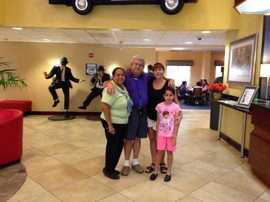 Holiday Inn Express Hotel & Suites Universal Studios Orlando: Juan Arce y flia junto. Doris
