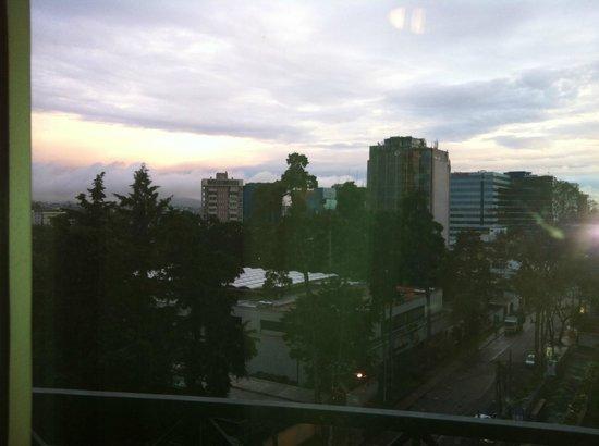 Mercure Casa Veranda Guatemala: Esta es la vista desde la habitación al amanecer, pero no se puede abrir la puerta de la terraza