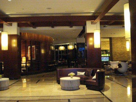 Renaissance Las Vegas Hotel: Hotel lobby - bar to rear