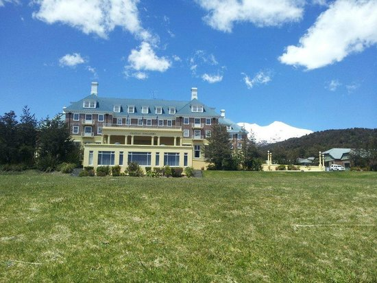 Chateau Tongariro Hotel: Beautiful back drop!