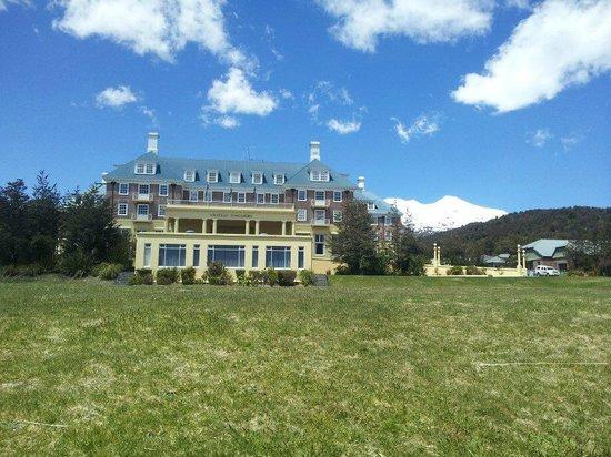 Chateau Tongariro Hotel: Beautiful back drop!