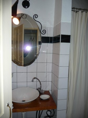 Ninos Hotel Meloc: bathroom, nice but in need of a few small repairs
