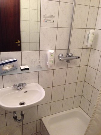 Fosshotel Baron: Shower and Sink