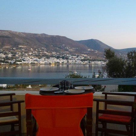 Paros Paradise Apartments : una comoda terrazza per guastare la colazione!