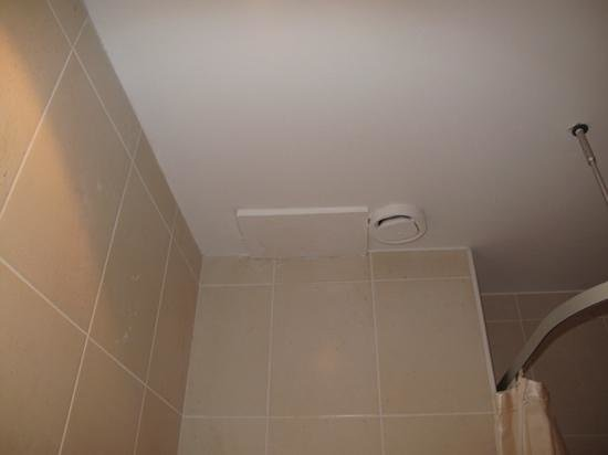 BEST WESTERN PLUS Hotel Massena Nice: They cleaned up the molds, but overall state of bathroom is still unacceptable for a 4 star hote