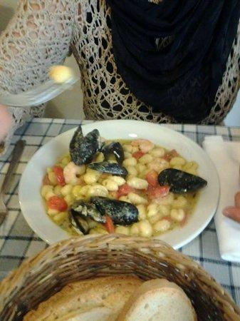 La Locanda dei Mercanti : Gnocchi di patate con cozze gamberetti e crema di basilico.