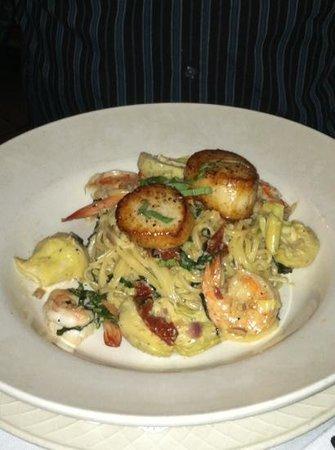 Collage Restaurant: Super shrimp and scallops!!