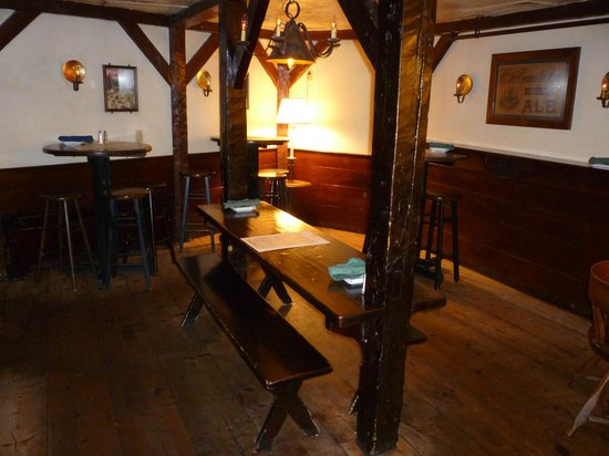The Colonial Inn: Old fashioned tavern