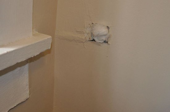 Barclay Hotel: Holes in the wall...