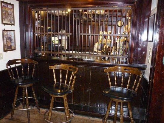The Colonial Inn: Pub area