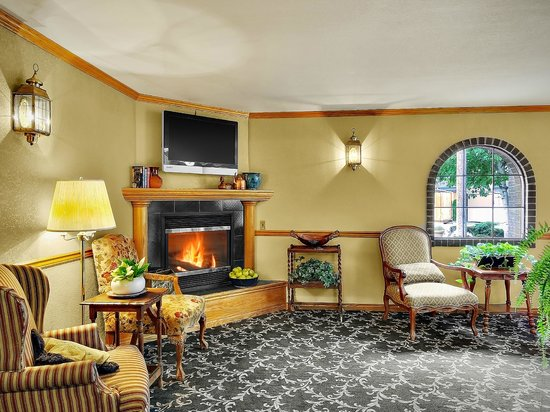 The Coachman Inn & Suites: Lobby Seating Area