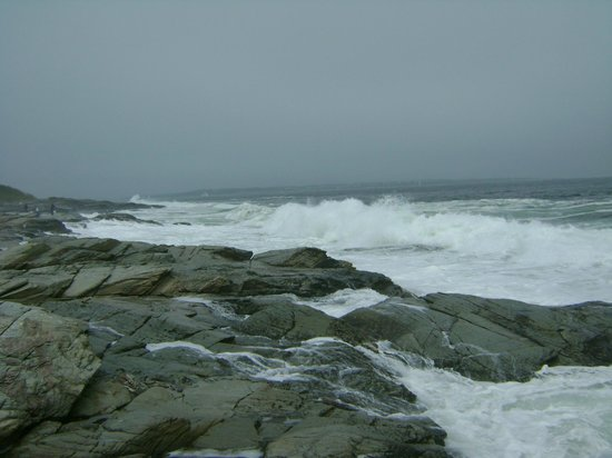 Beavertail Lighthouse and Park: Surf on rocks off Beavertail State Park