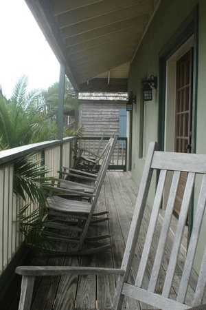 St. George Inn: Wrap around balcony shared by 4 rooms