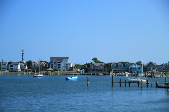 Ocracoke Harbor Inn: Harbor Inn on the right from the Cedar Island Ferry