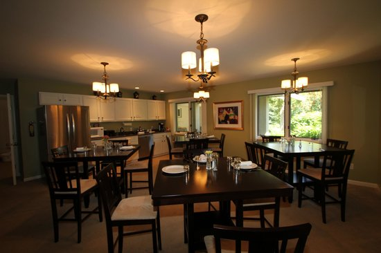 The Inn at Chateau Grand Traverse: Breakfast area