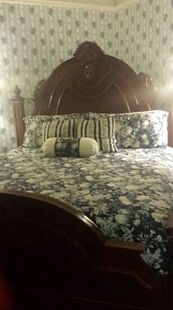 The Queen Anne Bed & Breakfast: The Blue Room
