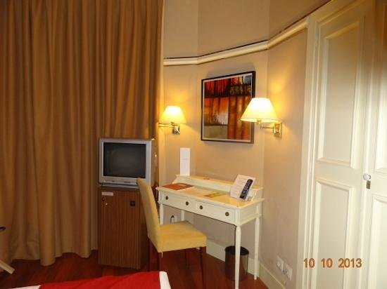 Hotel Arosa: Room 515, desk and TV