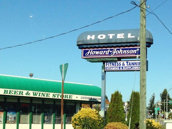 Howard Johnson Hotel - Nanaimo Harbourside: Liquor store in front if the hotel