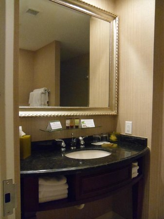 Town & Country Inn and Suites : Mirror too far away
